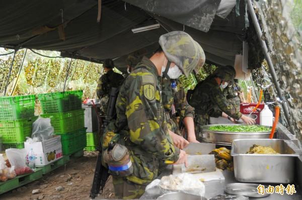 國軍伙食水準一向令人詬病,民眾近日在網路上討論當兵時吃過最扯的菜色。(資料照,記者游太郎攝)