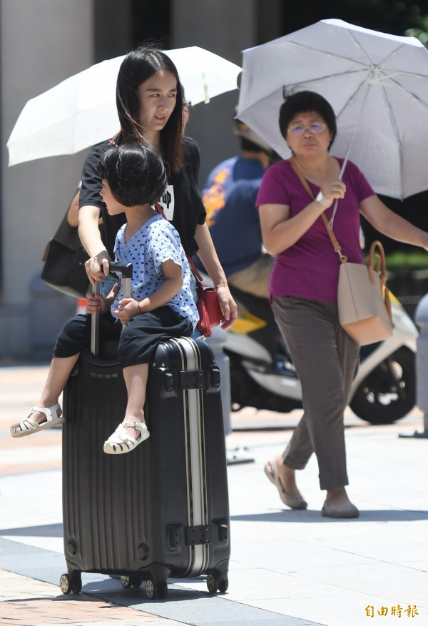 氣象達人彭啟明表示,昨日溫度將延續,預計今日台北盆地內還是有機會到37至38度。(資料照,記者黃志源攝)