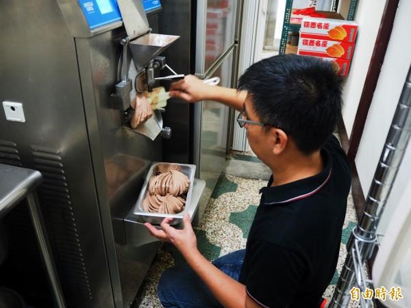 邱顯朝早上採購完水果,就會立刻製作當天要販售的冰淇淋。(記者陳昀攝)
