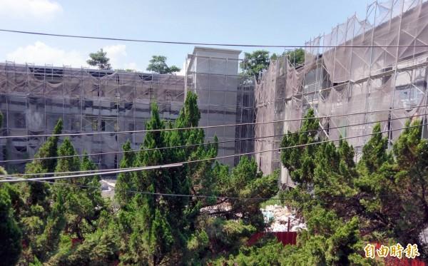 南投縣名間國中校舍改建工程牛步化,何時完工,引發各界關注。(記者謝介裕攝)