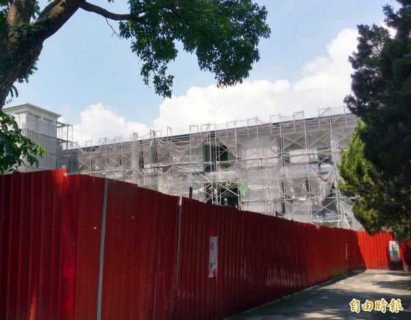 當初的一年級新生都畢業了,南投縣名間國中校舍卻還在改建中,民眾關注何時完工。(記者謝介裕攝)