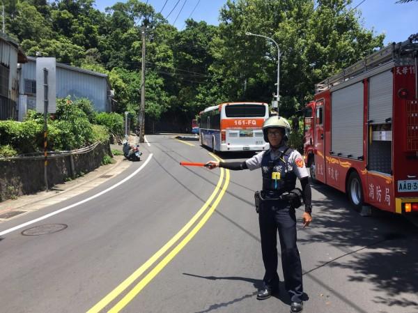 由於電缐桿橫越道路,警方在上下山的路段進行交通管制。(記者陳恩惠翻攝)