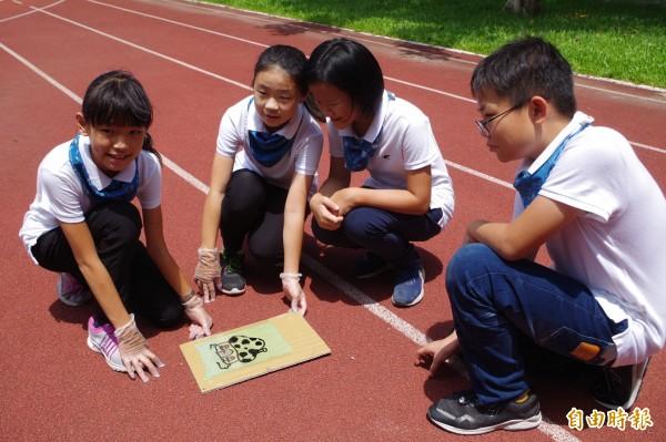 石榴國小學童頂著烈日實驗藍晒圖原理,拿下全國科展第三名。(記者林國賢攝)