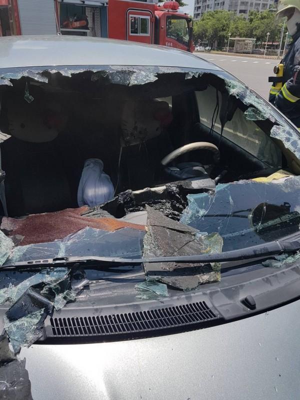 車內打火機爆裂自燃,駕駛座被燒焦黑。(記者丁偉杰翻攝)