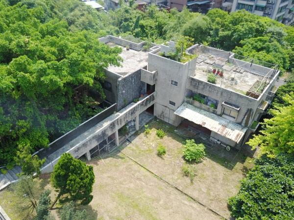 警方利用空拍機鎖定呂男住所及出入時間。(記者吳昇儒翻攝)