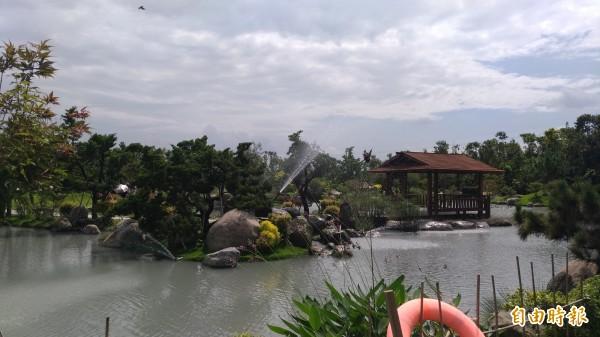 園區內結合日式庭園、小橋流水、奇石造景。(記者廖淑玲攝)