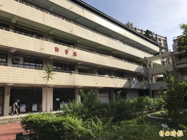 泰山國中校舍歷史超過50年,因建照、使照不齊全,只是要蓋個電梯供特教班學生使用,一等就等了4年多。(記者葉冠妤攝)