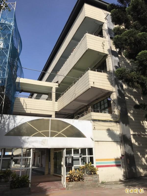 泰山國中規劃在既有校舍外掛興建一座電梯,提供給特教班學生使用,卻受限老建物使照、建照問題,一等等了4年多,至今還都沒蓋成,圖為規劃加蓋電梯處。(記者葉冠妤攝)