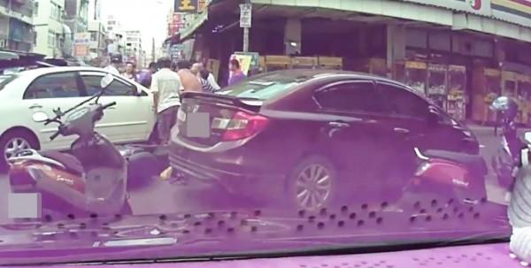 12人合力抬車救出許女。(記者陳文嬋翻攝)