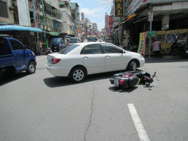 圖為車禍現場。(記者陳文嬋翻攝)
