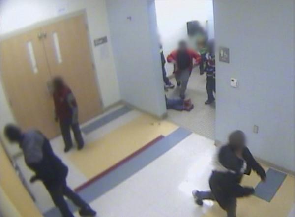 8歲男童泰耶在學校洗手間倒地不起,在監視器鏡頭中僅露出雙腳,他的上半身被牆壁遮掩,有幾個學生曾踢了踢泰耶。(美聯社)