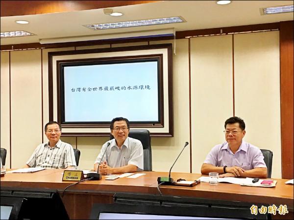 台水公司董事長郭俊銘(中)、總經理胡南澤(左一)說明水價調整方案。(記者楊綿傑攝)