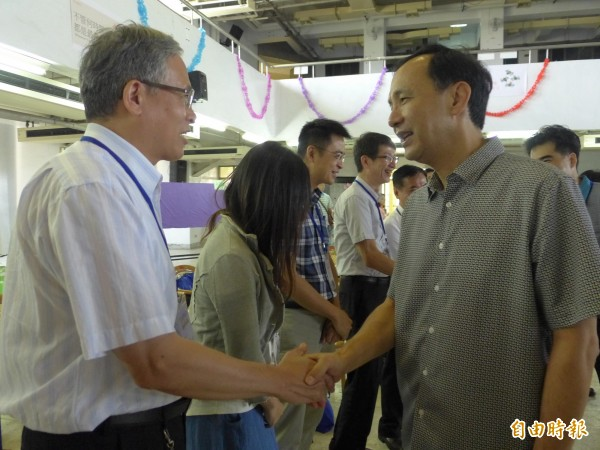 新北市長朱立倫(右)在校長會議上和校長握手致意。(記者李雅雯攝)