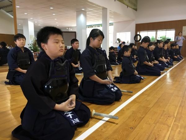 練劍先練氣,小朋友透過劍術學習生活常規,也會下場對打。(記者顏宏駿翻攝)