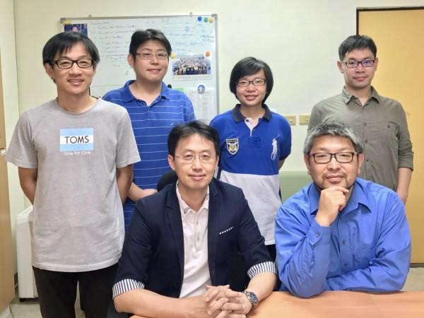 中研院化學研究所副研究員黃人則(前中)的研究團隊。(中研院提供)