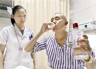 中國一名男子近日把內含甲醇、作為燃料的酒精喝下肚,送醫後醫生卻做出一個令家屬覺得不可思議的指令:讓他繼續喝烈酒解毒!(圖取自《重慶晨報》)
