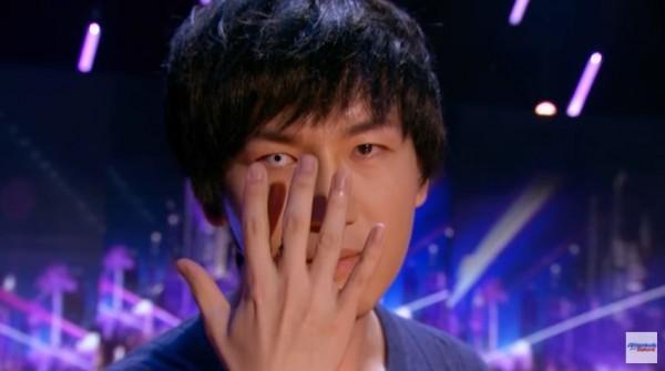 蔡威澤讓右眼瞳孔縮小,模樣嚇人。(圖擷自YouTube)