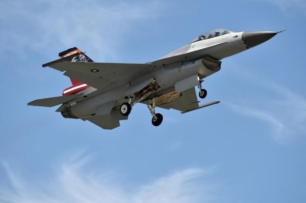 疑似有飛官夾帶麻糬上F-16戰機。(資料照,記者張忠義攝)