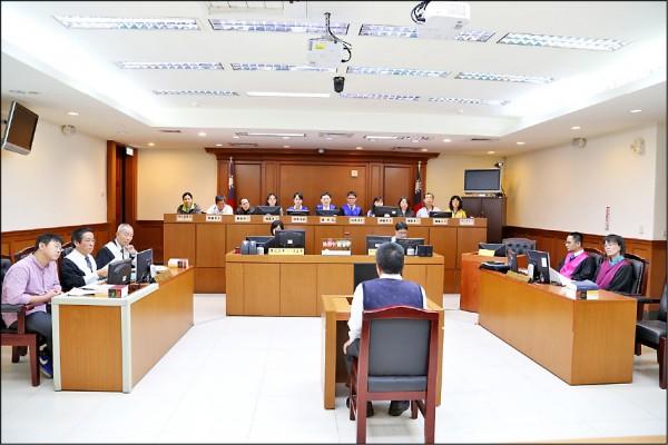司法院推出「國民法官制度」,每件案子的國民法官人數為六人、職業法官為三人,判決結果採多數決,讓人民、職業法官一同開庭斷案。(資料照)