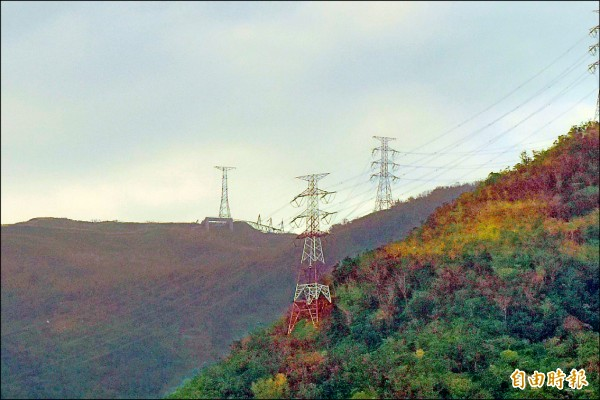 和平電廠位於東澳的高壓電塔因風災倒塌,影響全台供電狀況,林全坦言,「台灣電網韌度確實要再強化」。(記者張議晨攝)