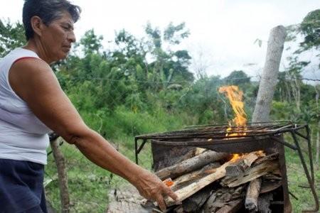 目前委國家用瓦斯日益短缺,導致當地不少人民已經連續好幾週只能用柴火燒飯。 (圖擷自路透)