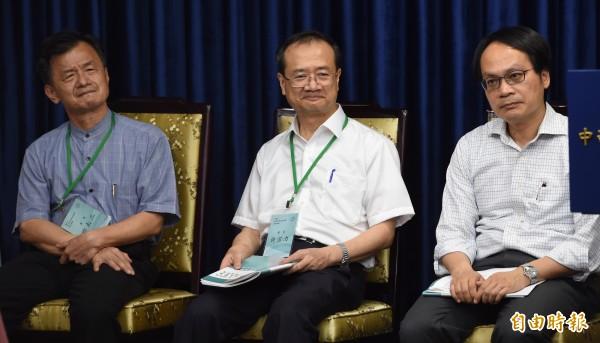 司改國是會議總結會議結束後,由法務部長邱太三(左起)、司法院長許宗力、司改會副執行秘書林峯正舉行會後記者會,說明會議結論。(記者劉信德攝)