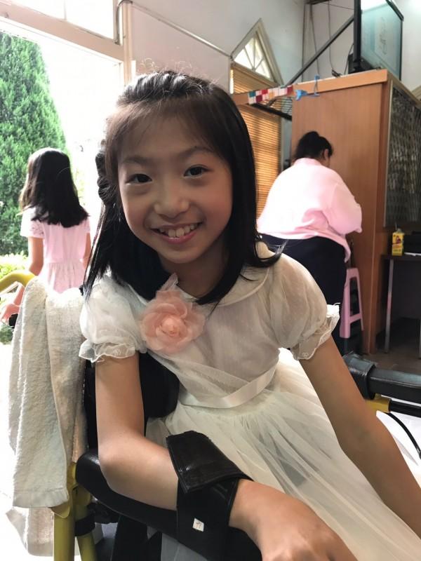 許雅婷知道自己在院內治療的個案李明臻(如圖)愛漂亮,特地邀請她擔任花童。(許雅婷提供)