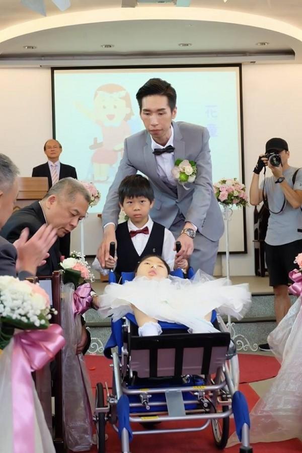 何偉強邀請自己在院內治療的身障個案陳心(如圖)擔任花童。(許雅婷提供)