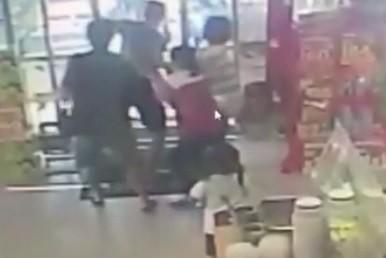 鹿港1家超商昨天發生有男子持刀強盜案,被店員與民眾拉著奪回所搶的現金。(記者劉曉欣翻攝)