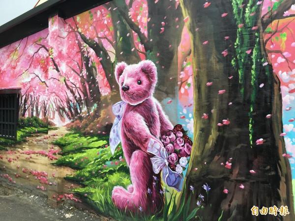 大埤西鎮社區童玩、手作工坊的外牆粉紅熊彩繪,是遊客最愛的拍照點。(記者黃淑莉攝)