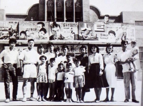 梁志忠收藏的民眾在草屯大觀戲院合影的老照片,看得出來大家都盛裝而來。(記者陳鳳麗翻攝)