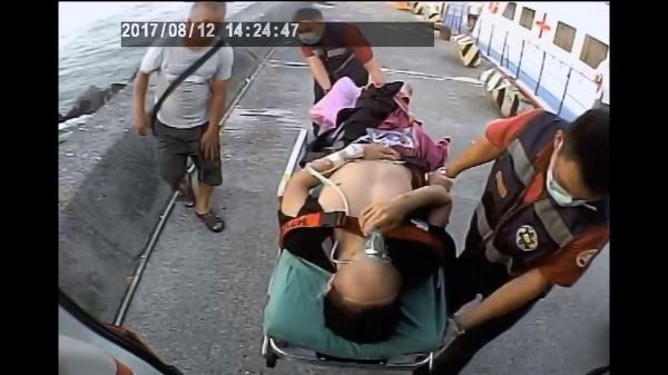 小琉球潛水客被螺旋槳打斷右小腿。(記者葉永騫翻攝)