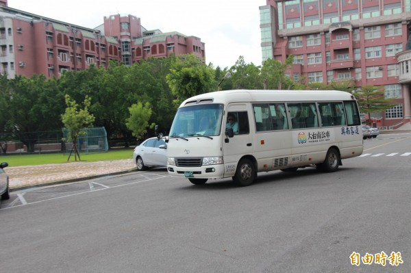 大台南公車開進台灣首府大學內,方便遊客來蔴荳古港文化園區。(記者洪瑞琴攝)