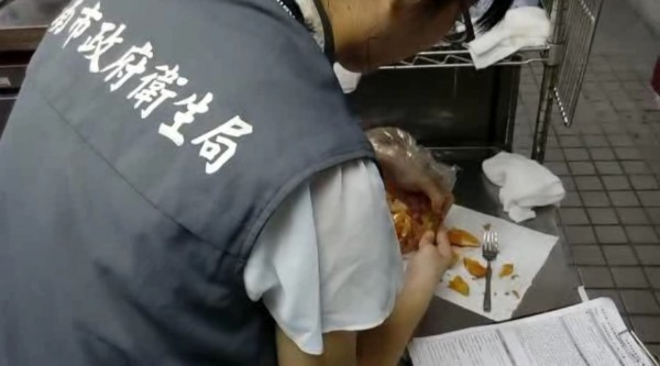 南市衛生局到摩斯店內稽查「綠薯條」案件。(資料照,記者邱灝唐翻攝)