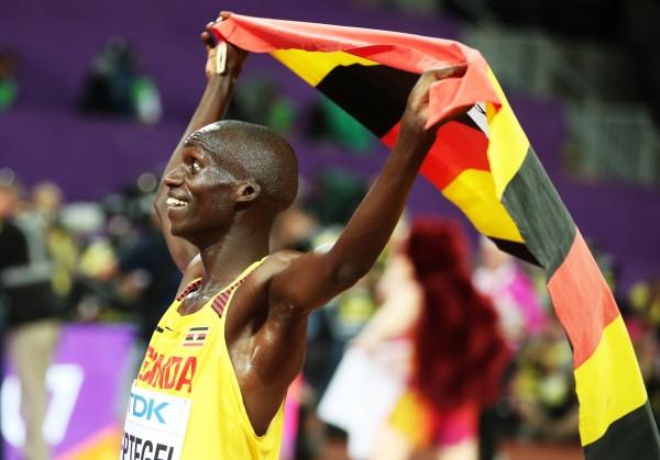 世大運開幕在即,不過今天卻傳出烏干達臨時取消派代表隊來台參賽。圖為烏干達選手參加今年世界田徑錦標賽奪銀披國旗照。(歐新社)