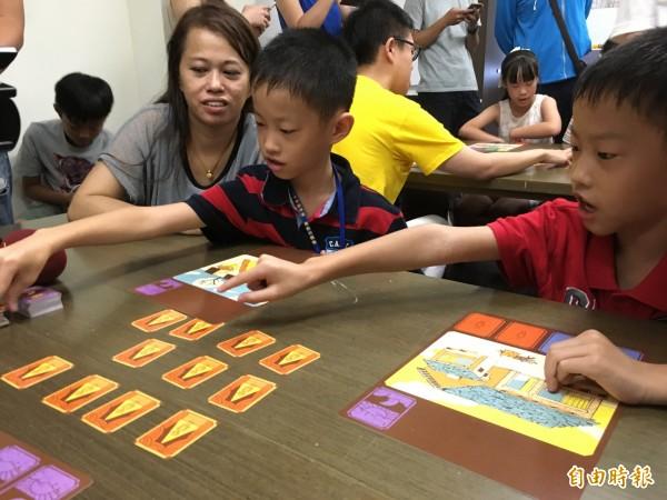 性平教育協會今天發表「不簡單的生活」桌遊,盼透過多元家庭各種人物卡的設計,能培養接納多元家庭觀念的心胸。(記者林曉雲攝)