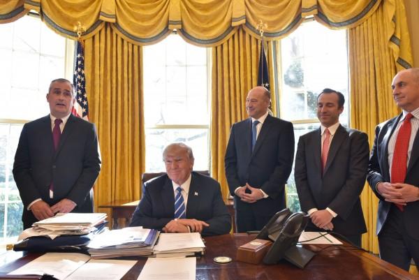 英特爾執行長科再奇加入美國企業領袖出走白宮製造業顧問的行列。圖為科再奇(左1)今年初於白宮和美國總統川普會面後對外界說明情形。(法新社)