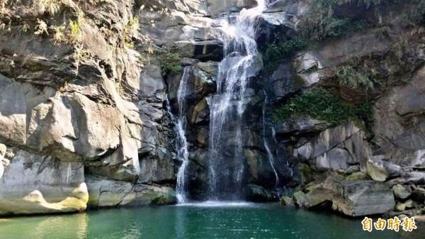 南投縣鹿谷鳳凰谷鳥園中的「隱潭」瀑布,飛瀑自峭壁傾瀉而下,堪稱是夏日避暑的好去處,但如其名,外界鮮知。(記者謝介裕攝)