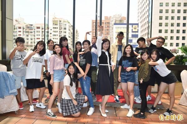 高雄市觀光局長曾姿雯(中),感謝13所高中職、15個熱舞社學生,拍影片行銷高雄。(記者張忠義攝)