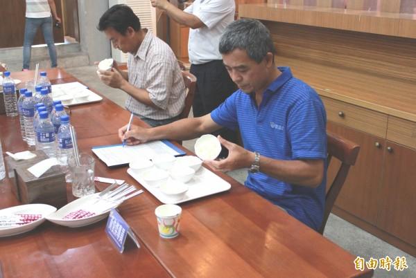 池上鄉稻米品質競賽,評審仔細為參賽稻米評分。(記者王秀亭攝)