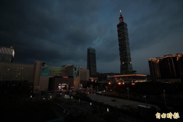 台北市區共有15萬盞路燈由台電供電,今晚北市區恐「黑壓壓」一片。(記者鍾泓良攝)