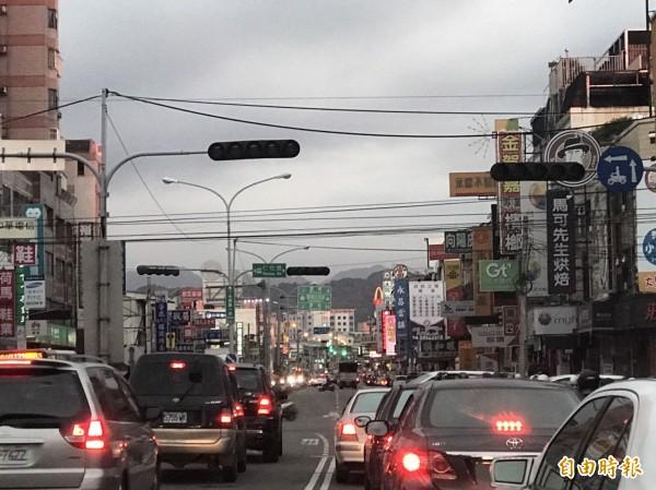 大里區中興路一帶紅路燈不亮。(記者何宗翰攝)