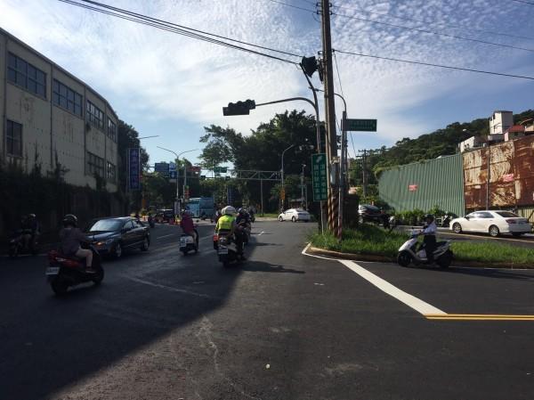 全台大停電,新竹市採分區停電方式輪流復電,每次停50分。新竹市多個路口交通號誌受影響。(記者洪美秀攝)