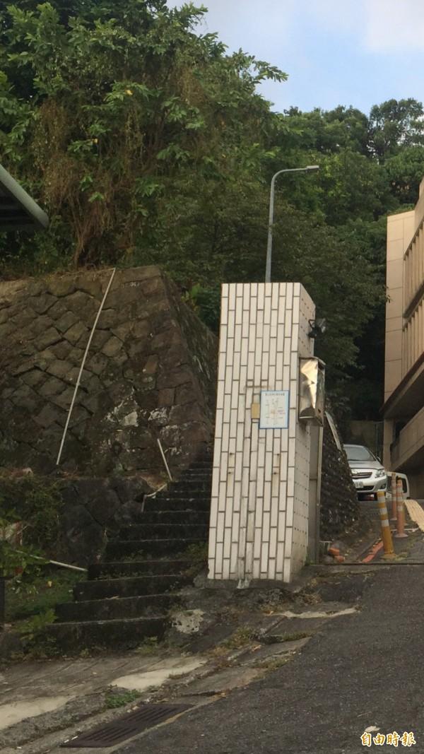 警方說,想偷走圓山水神社、重達百斤的石狛犬不簡單,由於只能由登山步道前往,車輛無法抵達,如何將石狛犬運下偷走,必須得費一番工程。(記者陳恩惠攝)