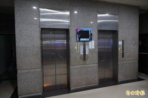 因停電受困電梯的劉小姐,正從7樓下來,結果受困5樓。(記者廖耀東攝)