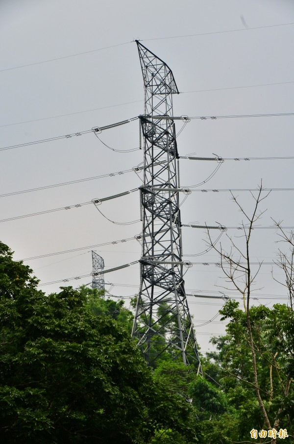 18年前因為這座超高壓電塔倒塌,也造成全台大停電。(記者吳俊鋒攝)