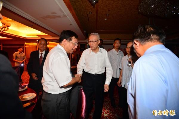 吳敦義出席台灣競爭力論壇學會10週年慶餐會,碰上全台大停電,摸黑入場。(記者王藝菘攝)