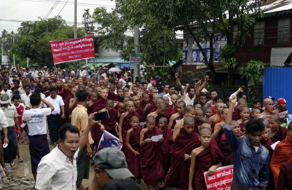 緬甸佛教圖上街遊行,要將羅興亞人趕出緬甸。(歐新社)