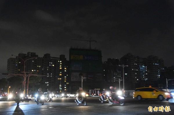 人口稠密三民區,一片黑漆漆,只見車輛燈光。(記者張忠義攝)