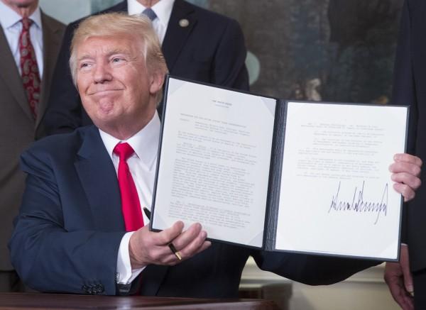 美國總統川普14日在白宮簽署行政備忘錄,授權美國貿易代表萊席爾,對強迫美國技術轉移與中國竊取智慧財產權啟動調查。(彭博)
